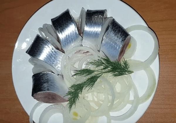 Готовая слабосоленая селедка кусочками