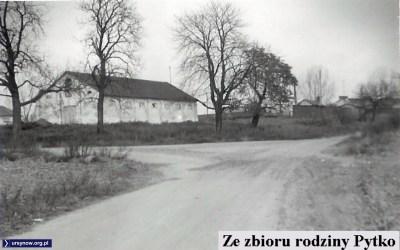 Jedno z ostatnich zdjęć, na których stajnia PGR Moczydło przy Moczydłowskiej nie jest jeszcze ruiną. Ze zbioru rodziny Pytko.