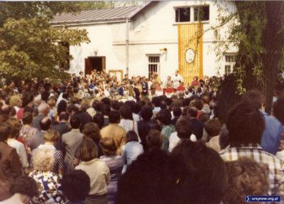 Maj i Pierwsza Komunia w kościele Św. Zofii Barat w Grabowie. Wówczas była to rejonowa parafia mieszkańców Ursynowa Północnego. Zdjęcie nadesłał Marcin Cieślak.