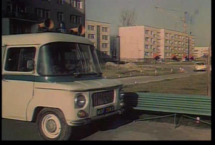 Milicyjna Nysa na Wiolinowej. Kadr z filmu