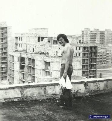 Musiał być niezły upał podczas tej wizyty na placu budowy. Dach bloku przy Miklaszewskiego. Fot. Piotr Chocha