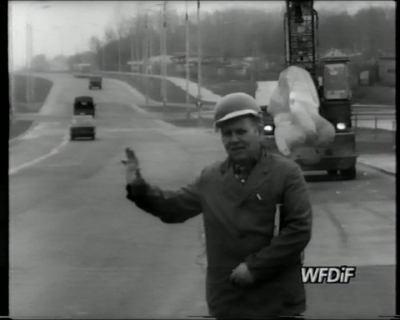 """Dolina Służewiecka, za przewożoną rzeźbą widać ulicę Rosoła. Kadr z filmu """"Skupisko"""", reż. J. Gębski. Prod. WFDiF"""