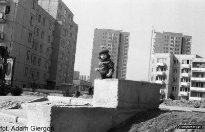 Widok na budynki Szolc-Rogozińskiego 7 i 12. W wieżowcach trwają jeszcze prace wykończeniowe. Zdjęcie i opis z archiwum Bolesława Giergonia.