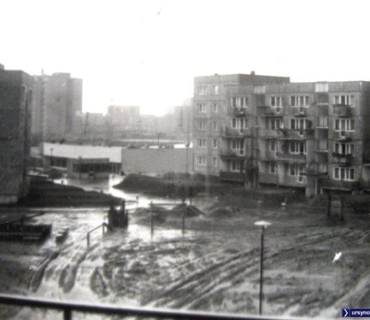 Błotny plac zabaw między ul. Bacewiczówny i ZWM, w głębi pawilon handlowy - obecnie przy stacji metra Stokłosy. Zdjęcie: Tadeusz Sandura.