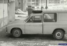 Syrena Bosto, za nią Maluch i inne samochody przy bloku Miklaszewskiego 3. Fot. Piotr Chocha