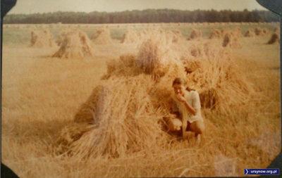 Spacer rodziców Dominiki Domańskiej. To chyba gdzieś pod Lasem Kabackim - a może to Park Natoliński? W każdym razie już po żniwach i można spróbować ziaren prosto z pola.