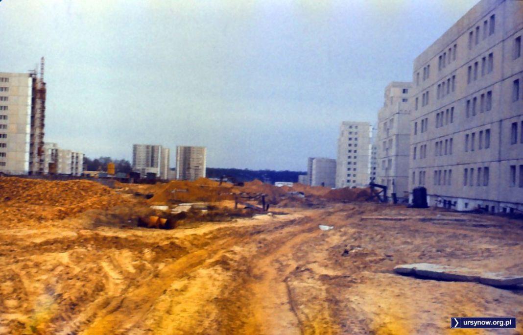 Szerokiej drogi nie ma, ale na pewno będzie. Za rok przebiegnie tędy ulica Belgradzka. Widok w kierunku wschodnim, zdjęcie nadesłał FJK.