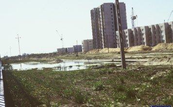 Taki żarcik kulinarny. Po lewej mamy mur oddzielający sady SGGW, jezioro wylało na przyszłej ulicy Rosoła, blok po prawej to już Mandarynki. Fot. Mariusz Przedpełski