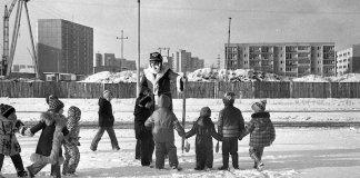 Zbiórka przed świętym! Za nim ulica Nugat i płot budowy szkoły przy Teligi. Fot. Andrzej Kubik