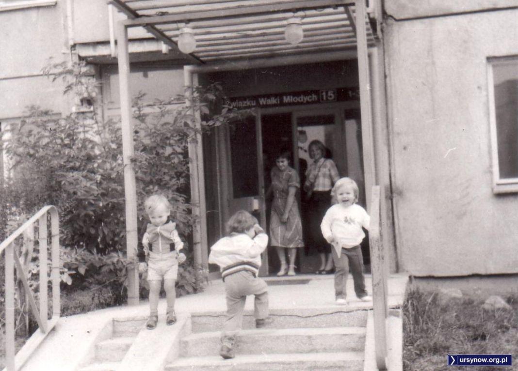 ZWM 15. Nad wejściem charakterystyczny oryginalny daszek, na schodach również oryginalna poręcz. To oryginalne zdjęcie nadesłała Marta Szczepłek.