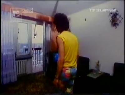 """Kadr z teledysku Lady Pank """"Fabryka małp"""" kręconego w 15-piętrowcu przy Szolc-Rogozińskiego. Źródło: MTV Classic."""