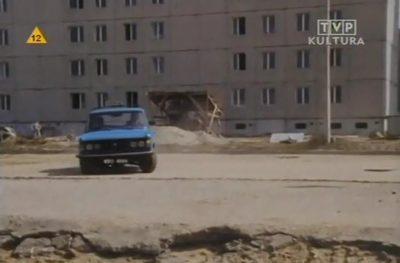 """Taksówkarz najwyraźniej pomylił drogę, czym wcale nas nie zdziwił. Zawraca teraz na Belgradzkiej. Kadr z serialu TVP """"Dorastanie"""" nadesłali Iza i Krzysiek Lewandowscy."""