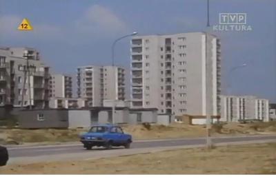 """Żadnych skojarzeń z milicją, cywilne duże Fiaty były też w takim kolorku. Ten pędzi właśnie Belgradzką w kierunku Braci Wagów. Kadr z serialu TVP """"Dorastanie"""" nadesłali Iza i Krzysiek Lewandowscy."""