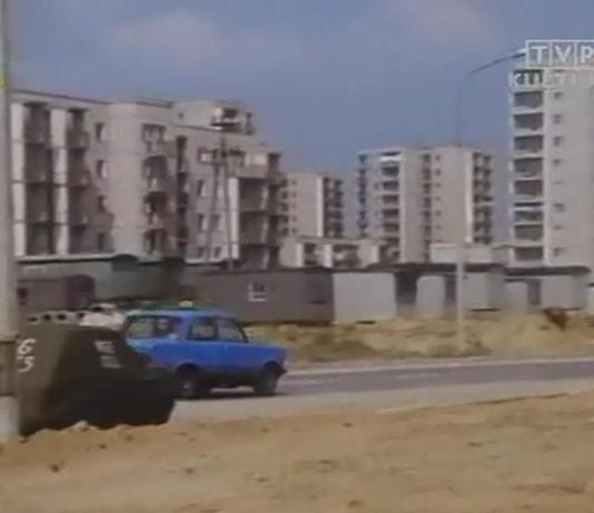 """W wielkich planach w miejscu baraków wzdłuż Belgradzkiej miał powstać ciąg handlowy. Nie powstał i 10 lat później kapitaliści postawią tu blok. Kadr z serialu TVP """"Dorastanie"""" nadesłali Iza i Krzysiek Lewandowscy."""