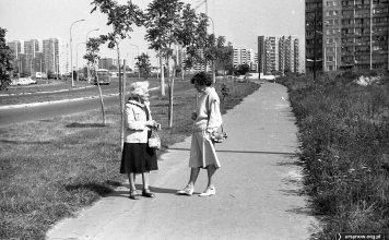 Ulica Gandhi w stronę Dereniowej. Po prawej - Hirszfelda, po lewej natomiast uwagę zwraca stojący klasyczny Autosan z brezentową osłoną maski. Fot. Andrzej Kubik