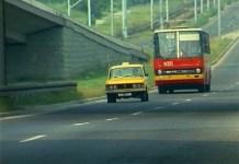 """Za taksówką WPT 1313 ulicą Puławską podąża autobus U - od 1978 w służbie Ursynowa, aż do 1992 roku pospiesznie łączył Natolin z Gwiaździstą przez Marszałkowską. Kadr z serialu """"Zmiennicy""""."""