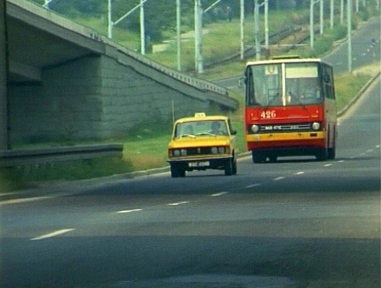 Za taksówką WPT 1313 ulicą Puławską podąża autobus U - od 1978 w służbie Ursynowa, aż do 1992 roku pospiesznie łączył Natolin z Gwiaździstą przez Marszałkowską. Kadr z serialu
