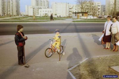 Wiosenny zachód słońca. Dereniowa. Młodsi na rowerek, starsi obowiązkowo na gry do klubu Alex, którego szyld czerwieni się na bloku przy Wasilkowskiego. Fot. Państwo Szumowscy.