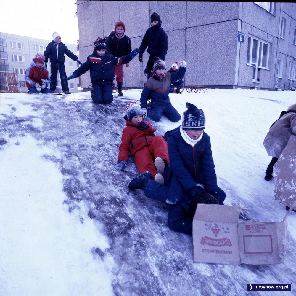 Podwórko przy Raabego. Młodzież zjeżdża na kartonie po kultowym winie Sophia firmy Vinimpex Bułgaria. Fot. Maciej Belina Brzozowski