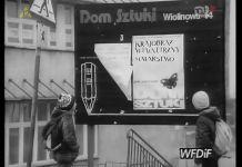 Repertuar Domu Sztuki na tablicy przy skrzyżowaniu KEN i Surowieckiego. Kadr z kroniki PKF 3/88.