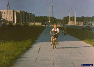Ulica Przy Bażantarni, po lewej blok przy Raabego, po prawej koniec świata. Kiedyś będzie to skrzyżowanie z Aleją KEN. Nad. Piotr Klonowski.