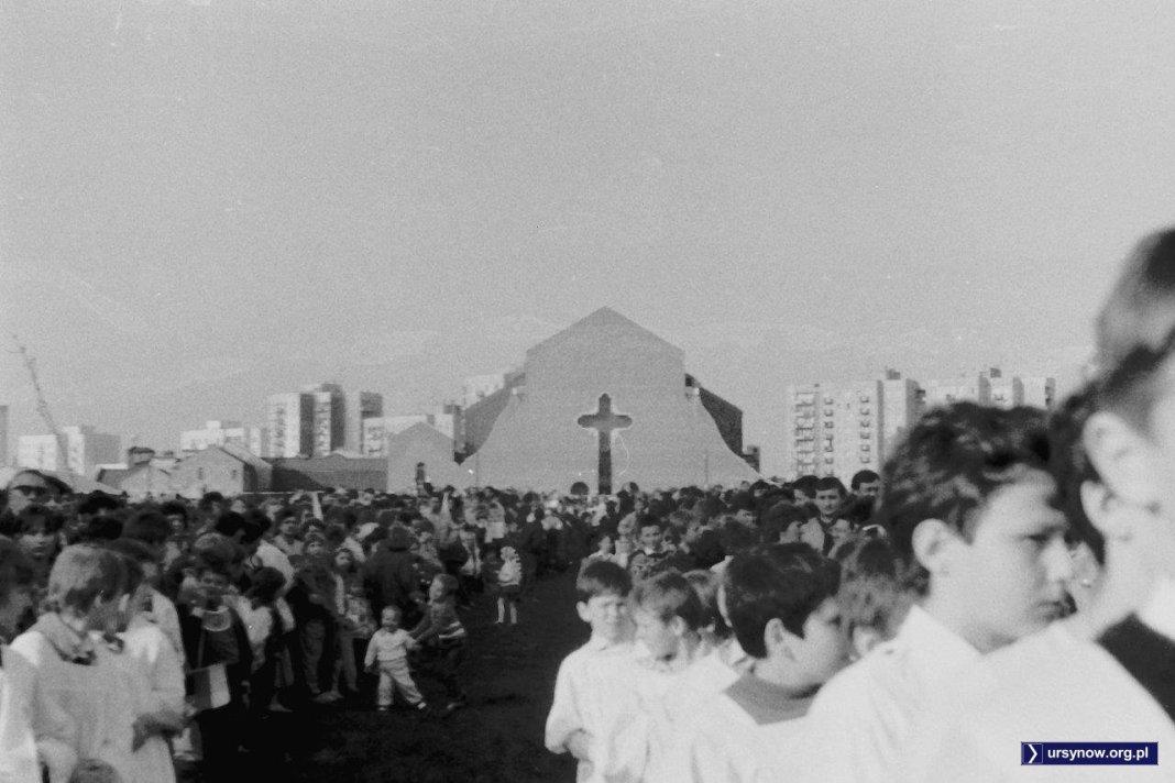 4 maja 1989, po siedmiu latach budowy kościół gotowy do wyświęcenia przez prymasa. Fot. Robert Małetka