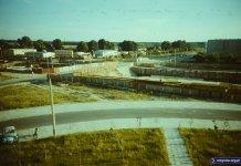 Zakole parkingu przy Raabego, dalej przejazd Przy Bażantarni nad budową metra. W tle hale, baraki i Aleja Kasztanowa. Fot. Tomasz Chełmoński