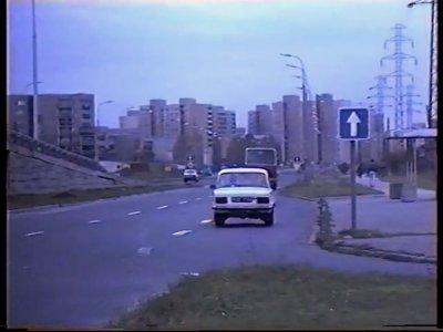 """Ulica Findera w kierunku Imielina. Ulicą Pileckiego stanie się dopiero w 1995 r. Kadr z filmu """"Nauka jazdy samochodem"""", prod. Alliance Sp. z o.o."""