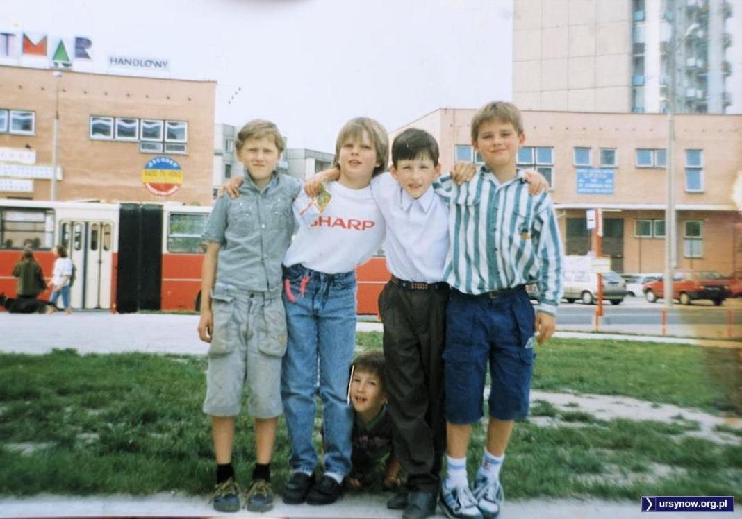Chłopaki wiedzą, co dobre. Pozują przed Batmarem na Szolc-Rogozińskiego. Fot. Józef Przetakiewicz
