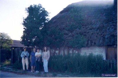 Kryta strzechą chata na ulicy Bekasów - dobrze, że udało się zrobić przed nią zdjęcie. Kilka lat później dom spłonął. Nad. Iwona Desperat