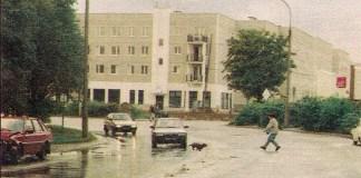 """Łuk ulicy Surowieckiego, w tle buduje się blok nr 2. Patrzcie, ile się dzieje! Zdjęcie z magazynu """"Motor""""."""