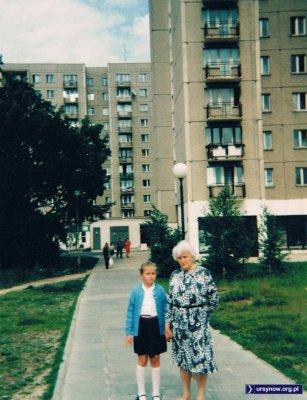 Na rozpoczęcie roku szkolnego udać się należy w stroju galowym. Droga do szkoły wiedzie między blokami przy Belgradzkiej i Laskiem Brzozowym. Nadesłała Anna Soboniak.