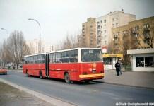 195 Aleją KEN (w tle Koncertowa) objeżdża remontowane skrzyżowanie przy Jastrzębowskiego, ale kiedyś to przecież była jego stała trasa. Fot. Piotr Nodzykowski, phototrans.eu