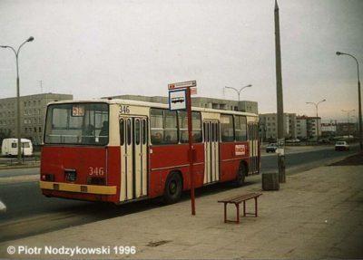 Autobus 513 w 1992 roku zastąpił 403. Do 2001 jeździł na Plac Trzech Krzyży, potem jeszcze do 2005 na Dworzec Wschodni. Tu akurat na przystanku Natolin-Wyżyny przy Stryjeńskich. W tle osiedle przy Małej Łąki. Zdjęcie: Piotr Nodzykowski, www.przegubowiec.com