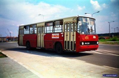 Róg Wąwozowej i przyszłej Alei KEN. Autobus 504 rusza w trasę. Zdjęcie: Dariusz Kalinowski, www.przegubowiec.com