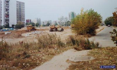 Buldożery przygotowują teren pod budowę Alei KEN przy Wasilkowskiego. Maluchem przyjechał chyba inżynier? Fot. Adam Łowicki