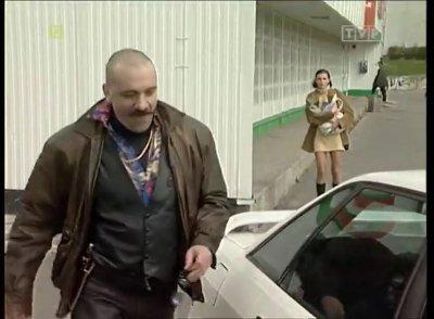 """Dlaczego akurat mafia wyznacza sobie spotkanie pod Globi na Bacewiczówny - zdaje się pytać idąca w tle z siatą Renata Gabryjelska. """"Złotopolscy"""", odc. 41, prod. TVP"""