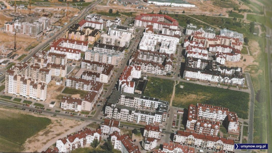 Widok na Moczydło - pod koniec lat '90 najbardziej pożądane miejsce do mieszkania w Warszawie, co podkreślały fikuśne nazwy ulic: Polnej Róży, Za Łąkami, Na Przyzbie. Zdjęcie z folderu Gminy Ursynów.