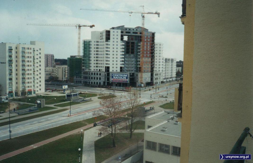 Nad skrzyżowaniem KEN i Belgradzkiej powoli wznosi się wielka bryła Centrum Natolin, później przemianowanego na Galerię Ursynów. Ruch tu jednak wciąż niewielki. Fot. Bartosz Rożeński.