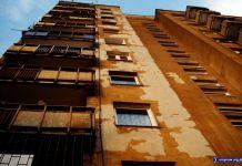 Blok przy Koncertowej 7 linieje, łuszczy się i zrzuca skórę z lat osiemdziesiątych. Fot. Maciej Mazur