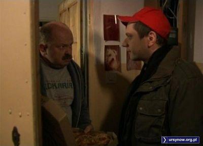 """Ding-dong, dobry wieczór, pizza. Pepperoni na grubym cieście - coś się nie zgadza, bo Pan ma taką minę?! Kadr z filmu """"Nocna zmiana"""" w reż. Małgorzaty Kozery."""