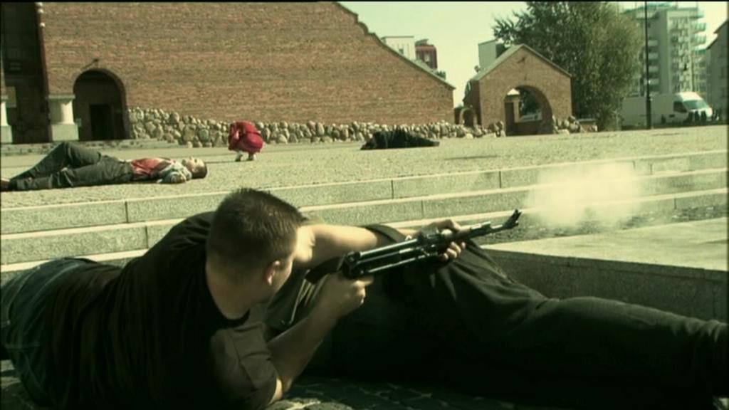 Choć większość poległa, gangsterzy wciąż trzymają się w twierdzy - fontannie przed kościołem Wniebowstąpienia. Kadr z serialu