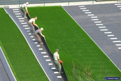 Panowie synchronizują wysiłki celem naciągnięcia murawy na czarny podkład Estadio de la Puszczyka. Zdjęcie: Paweł Grzegorczuk.