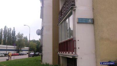 Herbsta 4, jeden z najciekawszych budynków Ursynowa i klasyczna tabliczka adresowa. Z szacunku dla dziedzictwa trzeba ją zachować! Fot. Maciej Mazur.