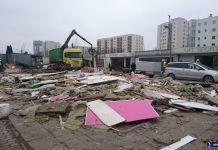 Rozbiórka bazarku przy Braci Wagów. Za chwilę teren rozkopią pod budowę tunelu S2. Fot. Maciej Mazur