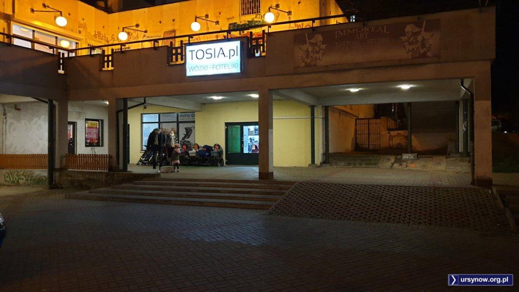 W sklepie Tosia grzecznie sprzedającym akcesoria dziecięce dawniej dość niegrzecznie popijano piwo w PRL-owskim pubie. Fot. Maciej Mazur