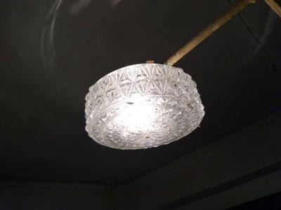 Zamiany 15, oryginalna lampa z lat '70 wciąż świeci na klatce schodowej. Fot. Marcin Grabowski