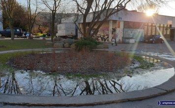 Klomb w dawnej fontannie coś nie ma szczęścia. Woda wybija wraz z historią tego leja. Fot. Maciej Mazur
