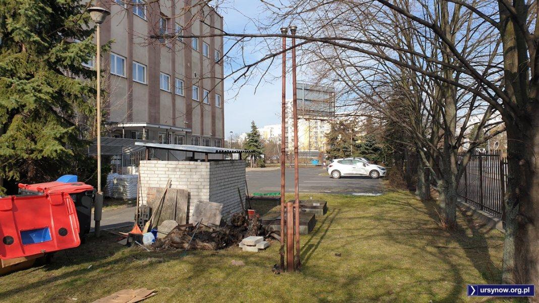 Te rury i klapy wyglądają jak podziemne zbiorniki na paliwo na terenie centrali telefonicznej przy KEN 81. Fot. Maciej Mazur