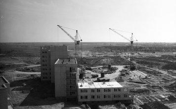 Z wielkiej płyty rodzą się wielkie wizje - tu akurat w stadium początkowym. Wiosna 1976 roku, montaż bloku przy Wiolinowej 1. Fot.: Włodzimierz Witaszewski.